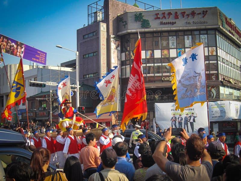 Seoul Sydkorea, Oktober 2012: gatakapacitet under festivalen 2012 Itaewon för global by i Seoul royaltyfri bild