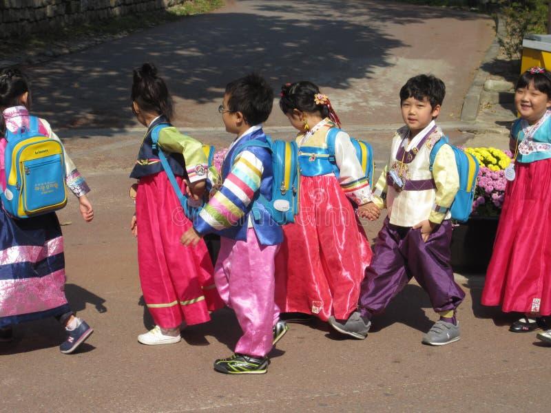 Seoul Sydkorea, Oktober 2012: Grupp av ungar i traditionell koreansk klänning eller Hanbok royaltyfri bild