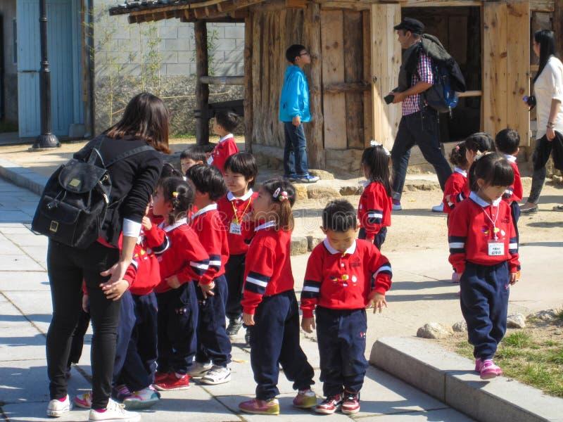Seoul Sydkorea, Oktober 2012: koreanska dagisungar på utfärd till den Gyeongbokgung slotten i Seoul royaltyfria bilder