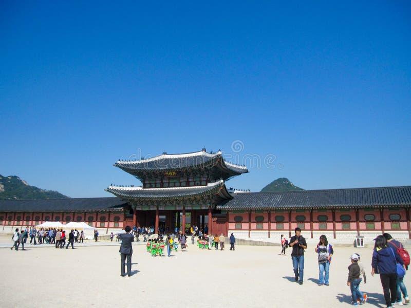 Seoul Sydkorea, Oktober 2012: Turister i Gyeongbokgung slottingång i Seoul, Sydkorea royaltyfri bild