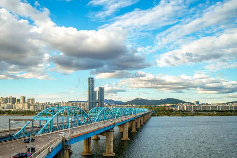 Seoul torn och dongjakbro i seoul, Korea arkivfoto