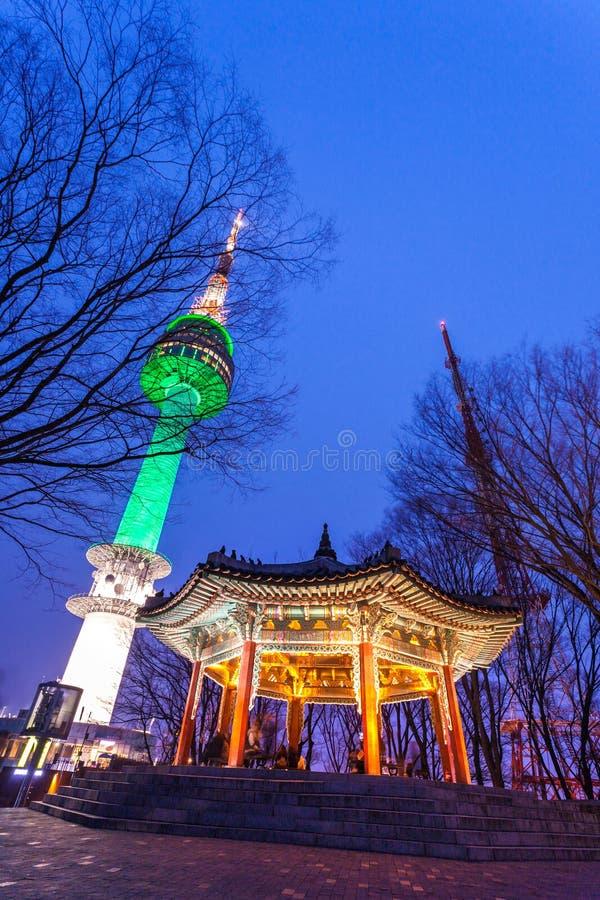 Seoul-Turm und alte koreanische Artpavillon- und schönenachtlichter in Seoul, Südkorea stockbild