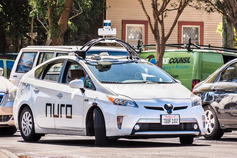 Sep 17, 2019 Mountain View/CA/USA - Nuro autonom bil på en gata i Silicon Valley. Nuro är ett robotföretag arkivfoto