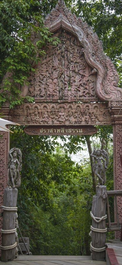 14 2014 Sep - Rzeźbiący drzwi w antycznej świątyni prawda Pattaya obraz royalty free