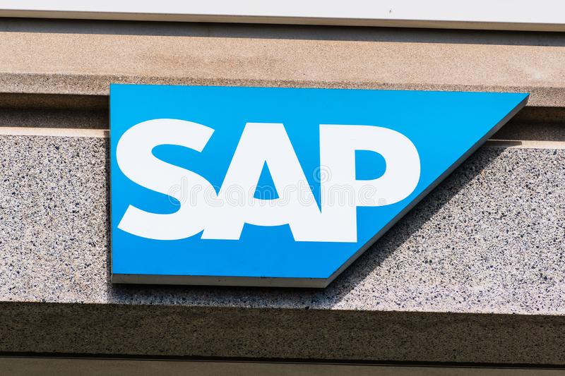Sep 25, 2019 San Ramon/CA/USA - SAP-logotyp på deras kontorscampus i East San Francisco Bay Area. SAP SE är en tysk arkivbild