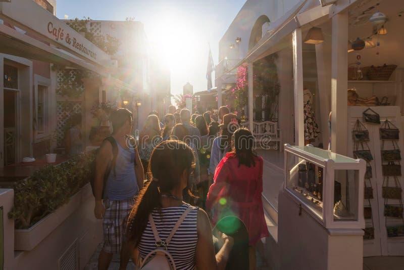 Sep van SANTORINI/GREECE 06 2017 - Mensen die op de straten lopen van royalty-vrije stock foto's