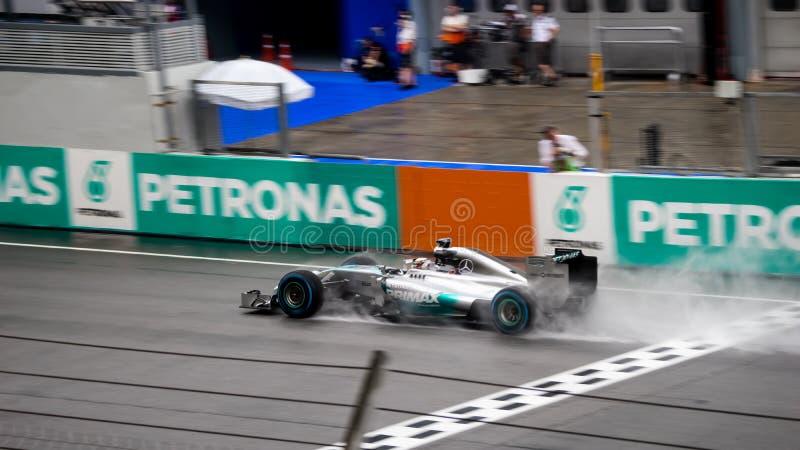 SEPANG - 29 DE MARZO: Línea de Lewis Hamilton Driving Pass Finish en ra fotografía de archivo libre de regalías