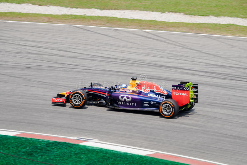 SEPANG - 28 DE MARZO: Sebastian Vettel a ser curva pasada foto de archivo