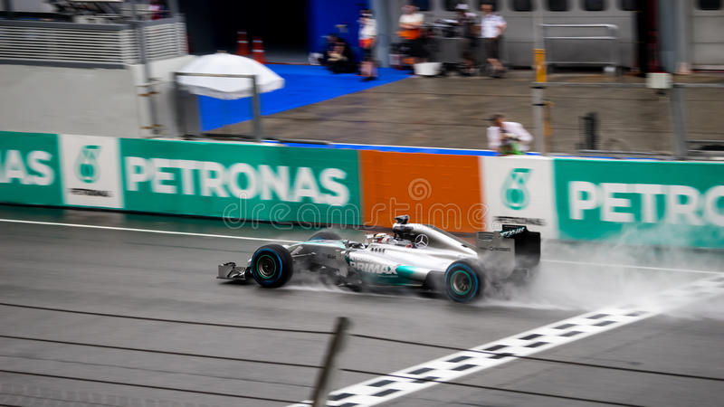 SEPANG - 29 MAART: Lewis Hamilton Driving Pass Finish-lijn in Ra royalty-vrije stock fotografie