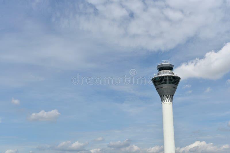 Sepang, Selangor, Malasia - 6 de diciembre de 2017: una torre de control con el fondo del cielo azul fotos de archivo