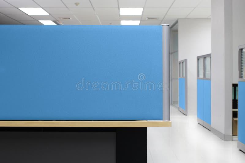 A separação, compartimento azul do escritório da parede de separação, divide o fundo quadrilateral do escritório imagem de stock royalty free