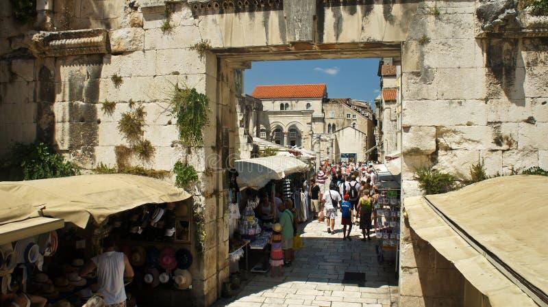 A separação, Croácia - 07/22/2015 - arruina da cidade histórica, de paredes velhas e da opinião de prata oriental da porta, dia e imagem de stock