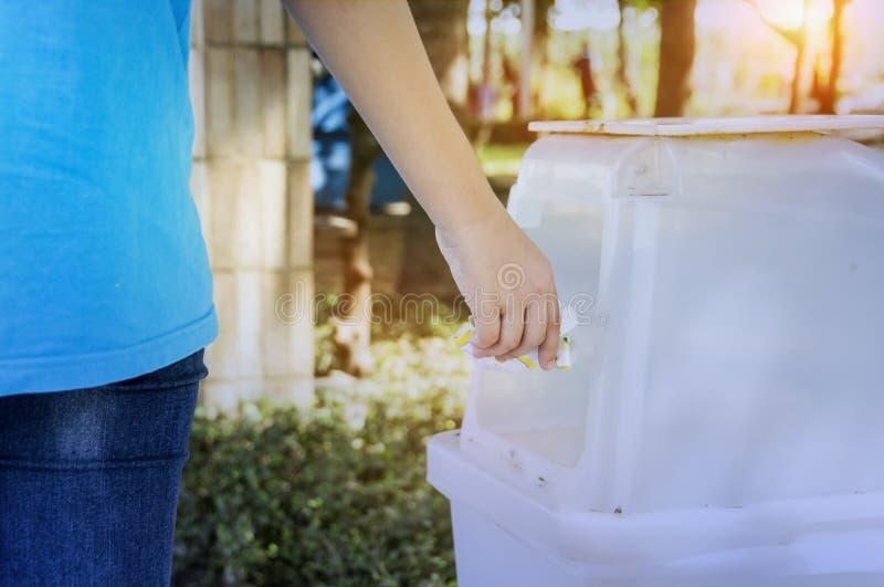 A separação de lixo e o despejo do desperdício no lixo mantêm-se imagem de stock