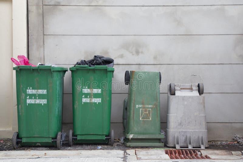 Separación de la basura de los botes de basura imagen de archivo libre de regalías