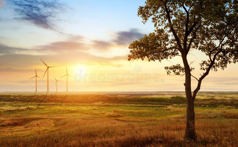 Separacyjny turbinowy generator na prerii zdjęcie royalty free