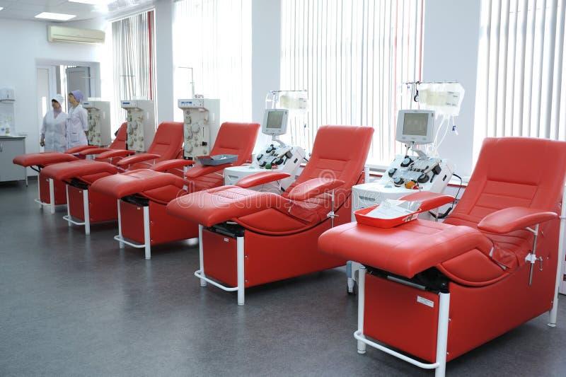 Separando apparato ed i posti letti per ricoveri giornalieri messi alla stazione municipale di trasfusione di sangue della città fotografia stock
