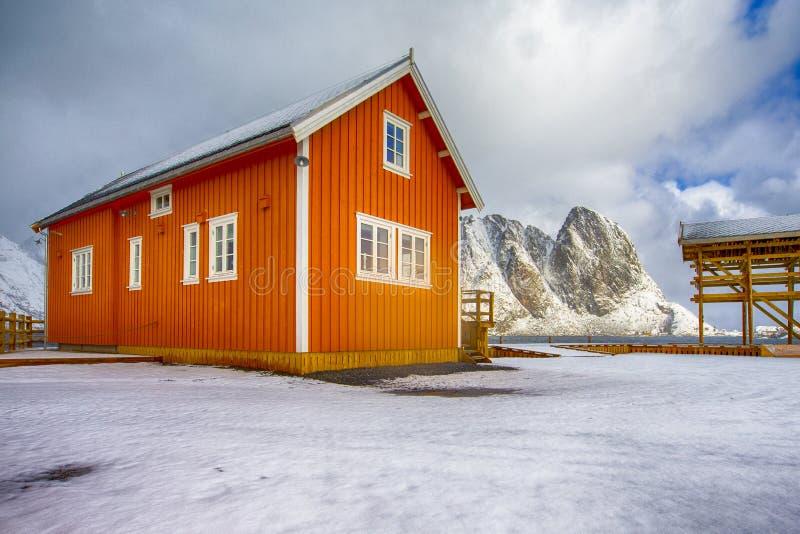 Separat hus för traditionell livlig gul norrman som lokaliseras på Reine Village royaltyfri foto