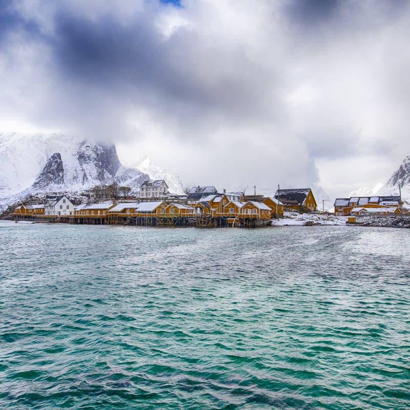 Separata hus för traditionell livlig gul norrman royaltyfri bild