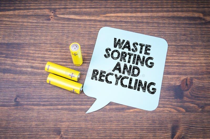 Separazione e riciclaggio residui Batterie di dimensione di aa immagini stock