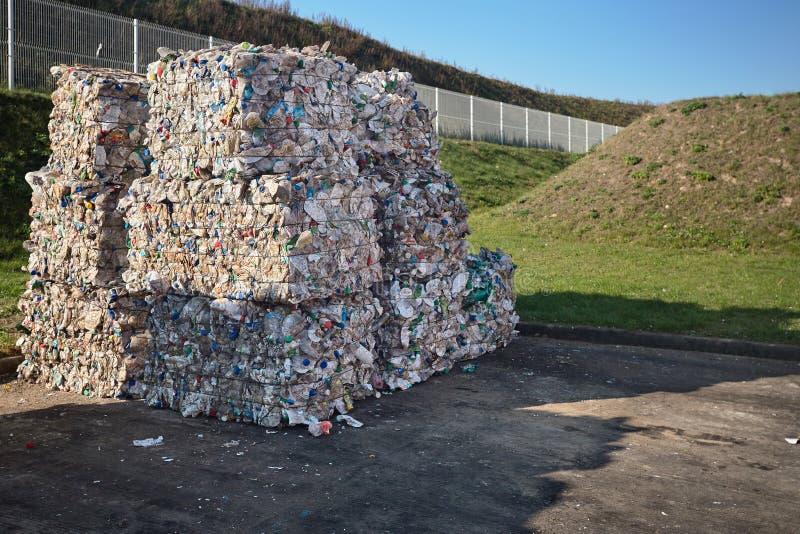 Separazione residua moderna e impianto di riciclaggio Balle dell'immondizia delle bottiglie della bevanda e della latteria nell'i fotografie stock libere da diritti