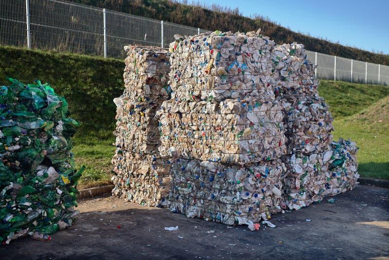 Separazione residua moderna e impianto di riciclaggio Balle dell'immondizia delle bottiglie della bevanda e della latteria nell'i fotografia stock libera da diritti