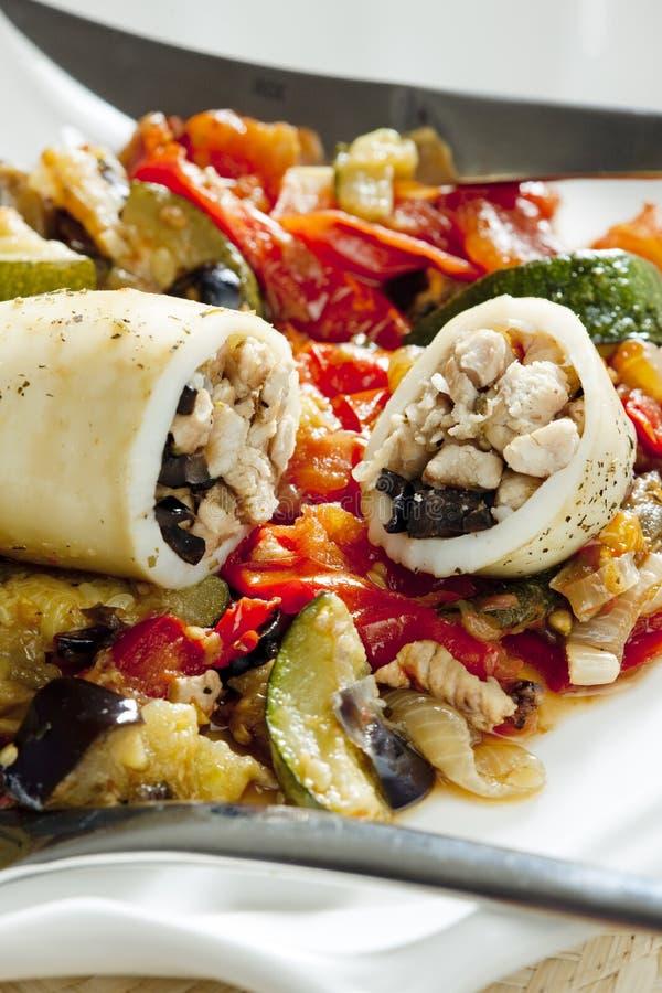 sepia заполненный с мясом индюка на овощах тушеного мяса стоковое изображение rf