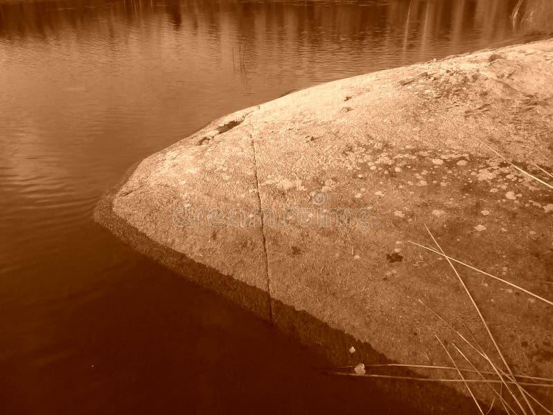 Sepia bonito da rocha do por do sol do verão de Finlandia Savonlinna imagens de stock royalty free
