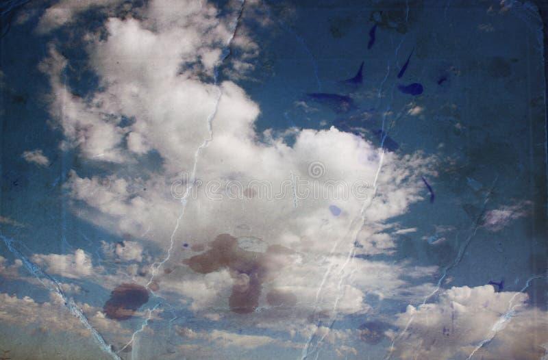 Sepia gestemd beeld van wolken in tehemel het beeld is geweven met document textuur en de vlekken, wijnoogst kijken stijl stock foto