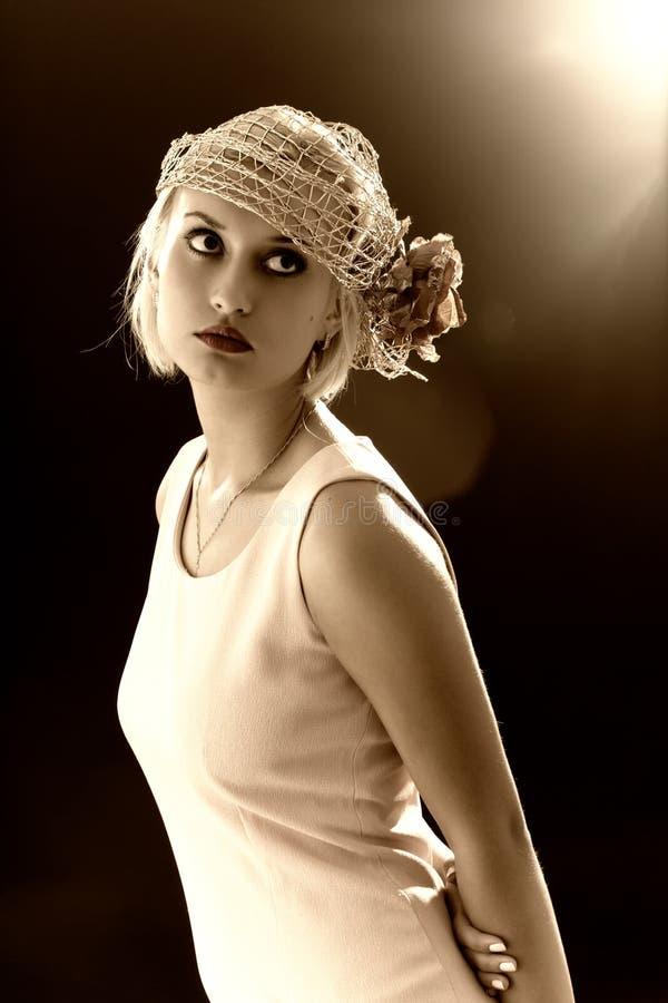 Sepia gestemd portret van retro-stijlvrouw stock fotografie