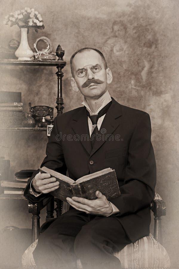 Sepia portret van de mens die het boek lezen stock foto