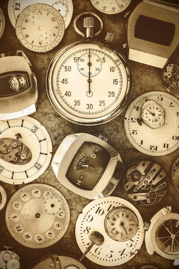 Sepia tonade klockor och delar för bildtappning rostiga arkivfoto