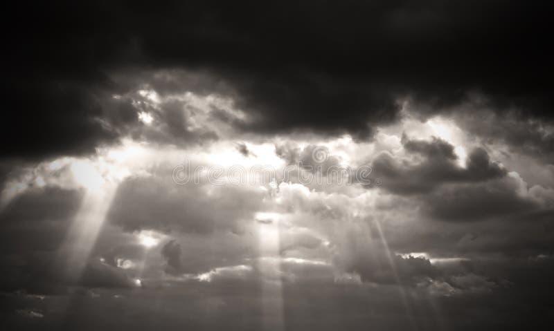 Sepia zwart-wit zwart-witte de hemelzonsondergang en zonsopgang van beeldwolken, stock foto