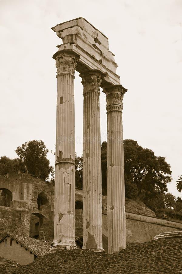 Sepiabild des Tempels der Gießmaschine u. des Pollux bei Roman Forum gesehen vom Kapitol, alte römische Ruinen, Rom, Italien, Eur lizenzfreies stockfoto