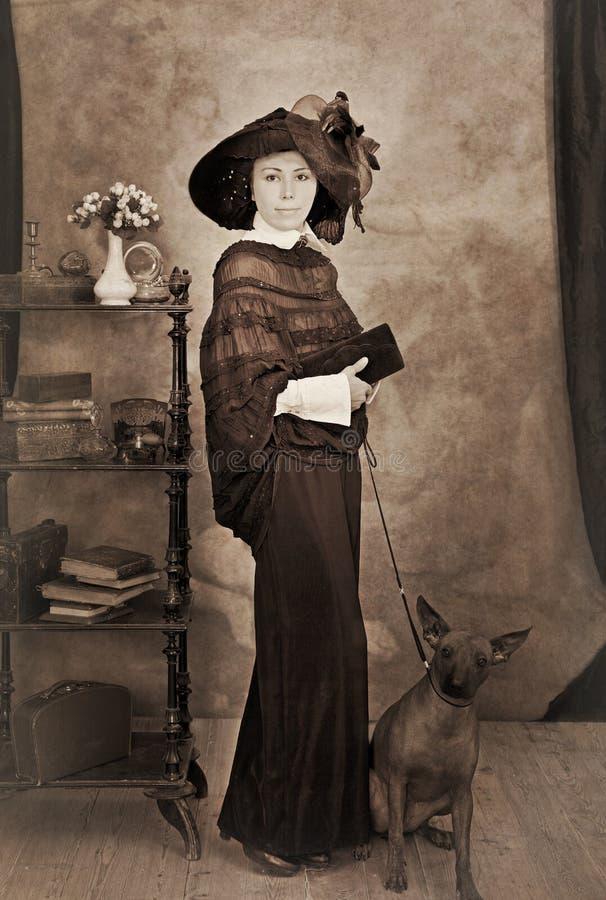 Sepiaporträt der Frau mit einem Hund stockfotos
