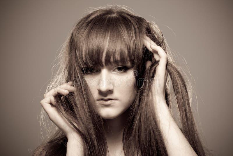 Sepiaportrait der jungen schönen Frau lizenzfreies stockbild