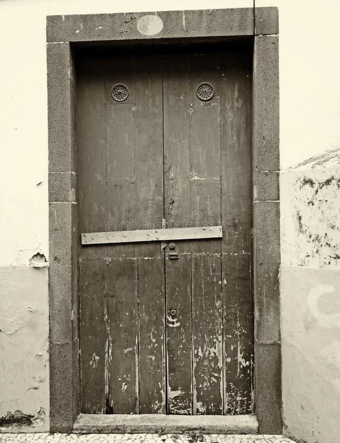 Sepiaweinlese-Artbild einer geschlossenen Holztür zugeschlossen und abgehalten geschlossen mit Nägeln mit der Schale der Farbe un stockbilder