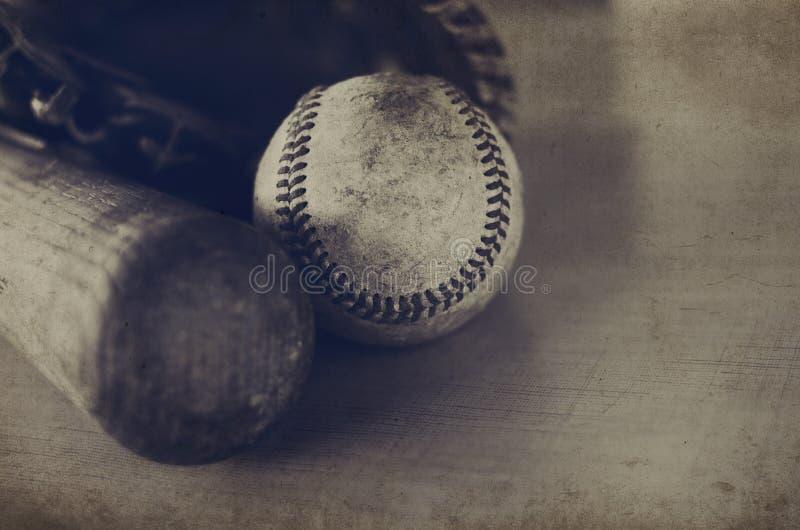 Sepiowy brzmienie baseballa wizerunek z rocznik teksturą, przedstawienia uderza, piłka i rękawiczka obraz stock
