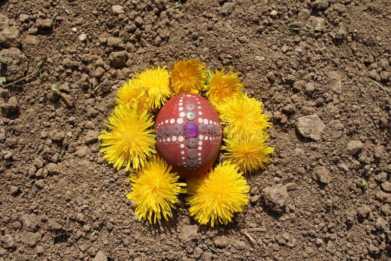 Seppellendo il vecchio uovo di Pasqua nel primo solco della terra, campo fotografie stock libere da diritti