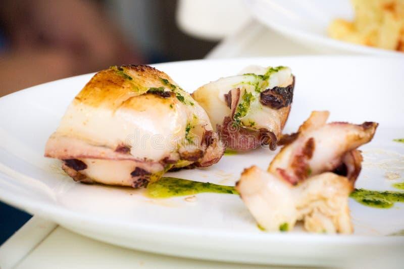 Seppia fresca sulla griglia nel ristorante fotografie stock libere da diritti