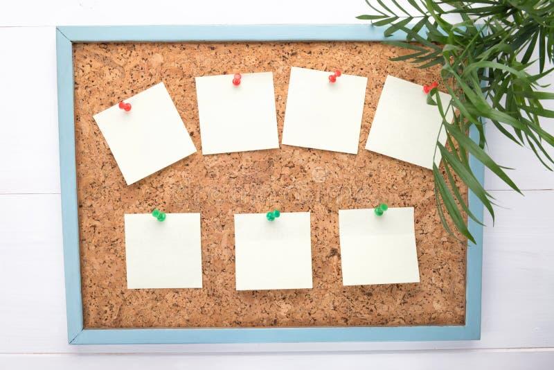 Sept autocollants ou en-têtes de lettre sur un corkboard, un concept d'avis, l'espace de copie photo libre de droits