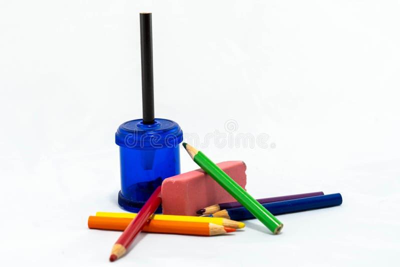 Sept crayons colorés avec l'affûteuse images libres de droits