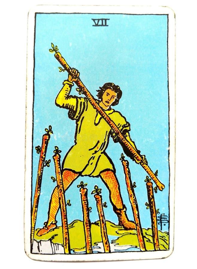 7 sept de la carte de tarot de baguettes magiques conteste la vigueur graveleuse de ténacité de détermination de concurrence de r illustration libre de droits