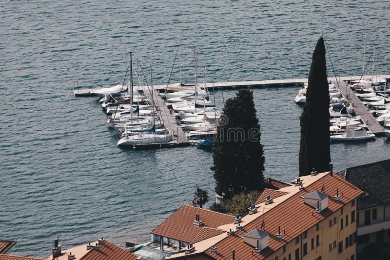 SEPT 2018 do lago Bellano Como - Itália - vista de pouco porto turístico na vila pequena de Bellano lombardy fotografia de stock