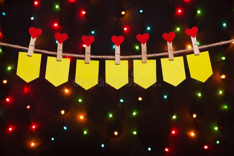 Sept drapeaux de vacances avec des coeurs images stock