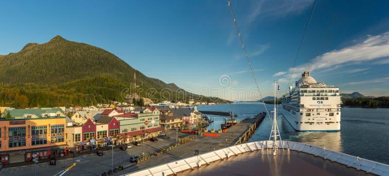 Sept 17, 2018 - Ketchikan, AK: Panorama Tongass kanał, nabrzeże i odjeżdżanie statki wycieczkowi przy zmierzchem, fotografia stock