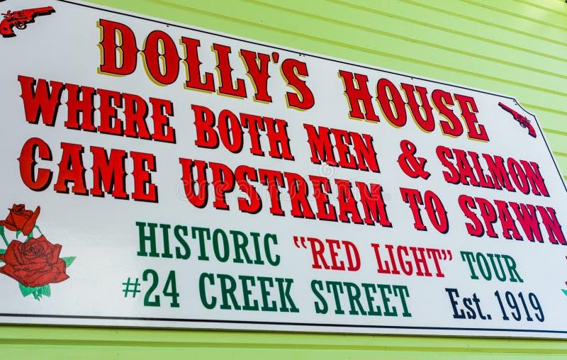 sept 17, 2018 - Ketchikan, AK: Znak na stronie historyczny poprzedni bajzel obracał muzealnego Dollys dom na zatoczki ulicie obrazy stock