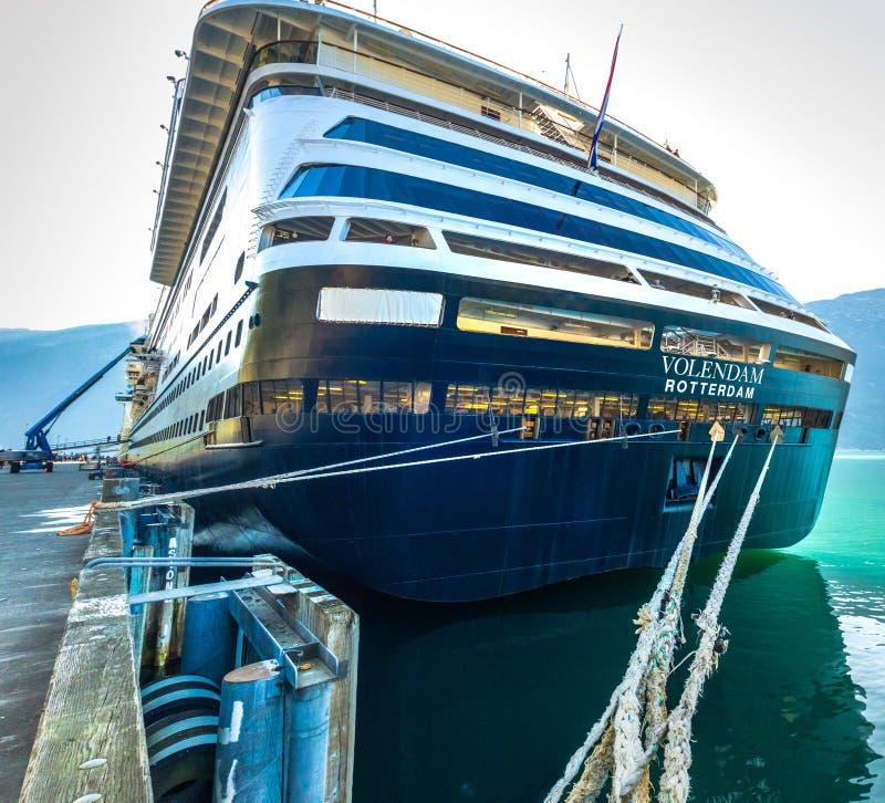 sept. 15, 2018 - Skagway, AK: Festmacher des Volendam-crusie Schiffs am Dock stockfotos
