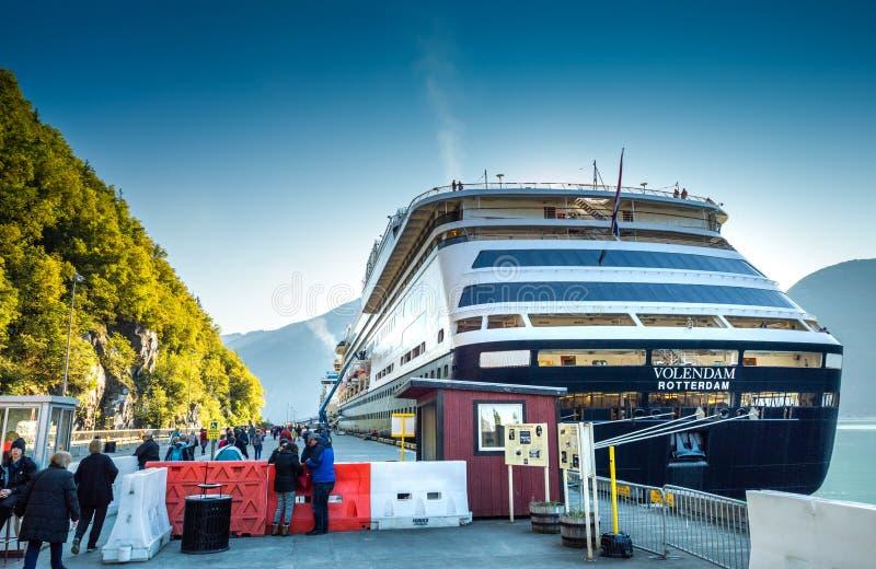 sept. 15, 2018 - Skagway, AK: Passagiere an der Sicherheit unterwegs zu den Kreuzschiffen lizenzfreie stockbilder