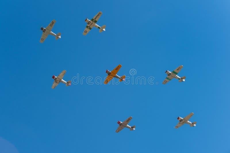 Sept Texans AT-6 volent au-dessus photo libre de droits