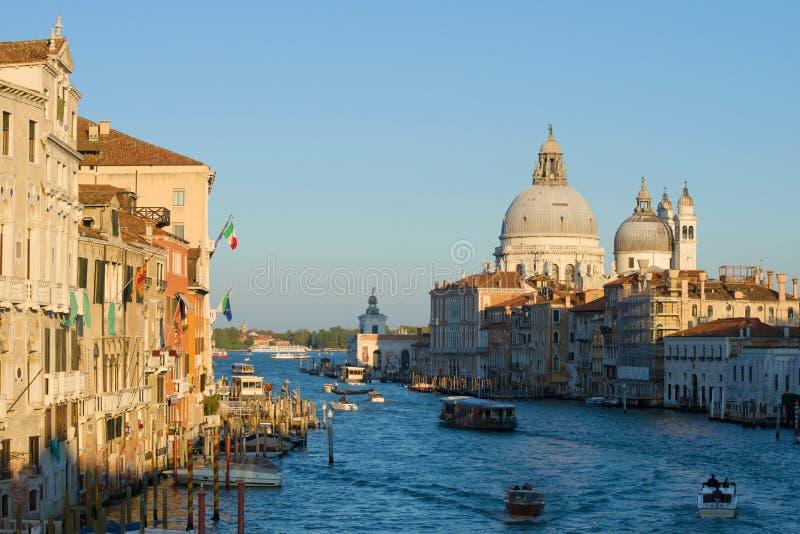 September afton på den storslagna kanalen Sikt av domkyrkan av Santa Maria della Salute Venedig arkivfoton